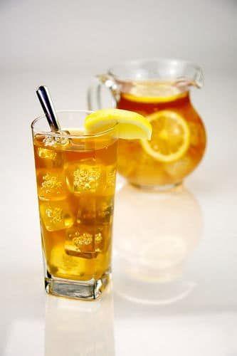 Un verre et un pichet de thé glacé