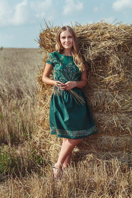 Платье ` Скарлетт`. Платье ' Скарлетт'   Пришла пора внести свежую струю в ваш повседневный гардероб!!  В этом платье вы всегда будете на виду.   Я использовала в этом платье Павловопосадский платок 'Караван' .     В этом ярком платье вас трудно не заметить!!!