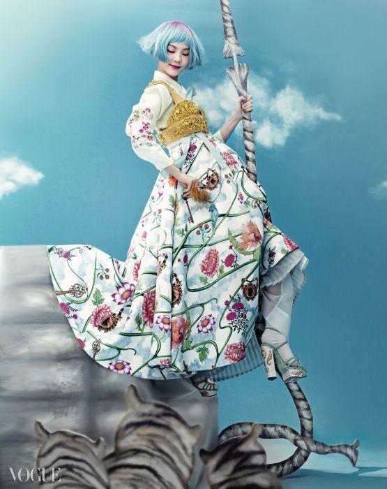 Full editorials of Korean traditional fairy tale, 'Once Upon A Time' at vogue.co.kr 토끼 굴로 떨어진 이상한 나라의 앨리스처럼, 우리나라 전래 동화 속으로 빠져든 국악 소녀 송소희. 할머니에서 어머니에게로, 입에서 입으로 전해 내려온 오래된 이야기가 아리따운 소녀와 아름다운 우리 옷 한복을 만나자, 유쾌한 패션 스토리로 변했다.