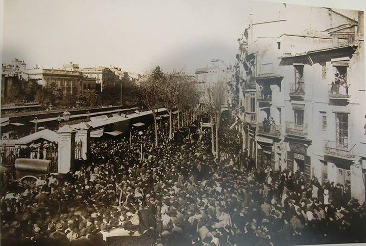 Barrio de pescadores, Plaza de Emilio Castelar (Plaza Ayuntamiento) a la derecha los edificios que hacen esquina a la calle Lauria, a la izquierda feria de Navidad de 1898.