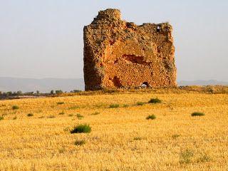 """Buscando Montsalvatge: MANZANARES. más antigua de las fortalezas que hubo en las llanuras de La Mancha se remonta al siglo I, a los tiempos de la primitiva Oretania; es la fortaleza de Moratalaz, que en la Edad Antigua significaba """"lugarcillo murado"""" y fue escenario de cruentas luchas en las sucesivas civilizaciones. Aún pueden observarse vestigios de su existencia cuando se viaja en ferrocarril de Manzanares a Daimiel; a unos 5 kilómetros en dirección a Daimiel, a 200 metros del río Azuer…"""