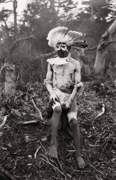 Le chaman Ventura Tenensk, son épouse, Rosa Kauxia, et leur fils au campement du lac Fagnagno. Lors de son séjour dans la région, Martin Gusinde prend conscience de l'extrême précarité des peuples indiens. De