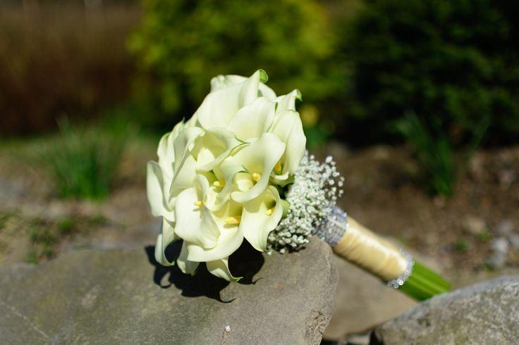 svatební kytice bílé kaly
