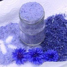 Zutaten: - 100 g Kornblumen, nur die blauen Blütenblätter - 100 g Rohrzucker fein  – Die frisch gepflückten und trocknen Blütenblätter, nur das Blaue, mit dem Rohrzucker in einem Mixer so lange mahlen bis alles himmlisch blau ist.