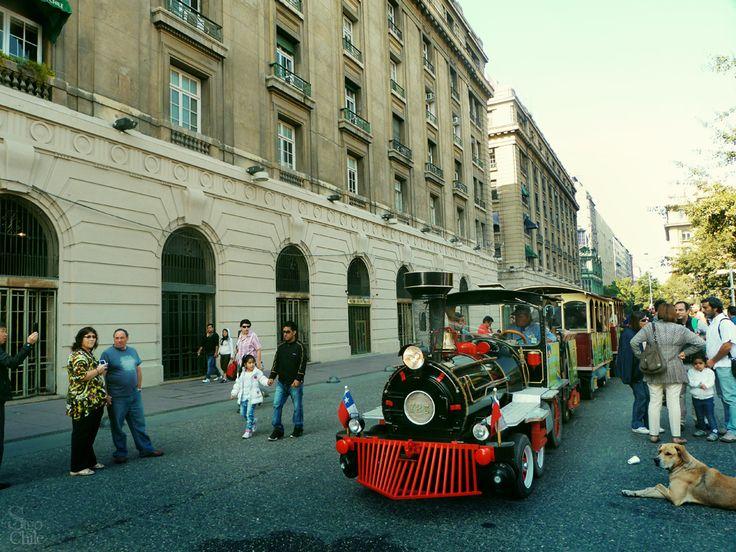 Tren en plaza de armas de Santiago de Chile.