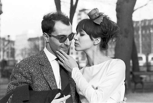 """Anna Karina beija Jean-Luc Godard durante as filmagens de """"Pierrot le fou"""" (1965), lançado no Brasil com o título """"O Demônio das Onze Horas"""". Veja mais em: http://semioticas1.blogspot.com.br/2011/11/cahiers-du-cinema.html"""