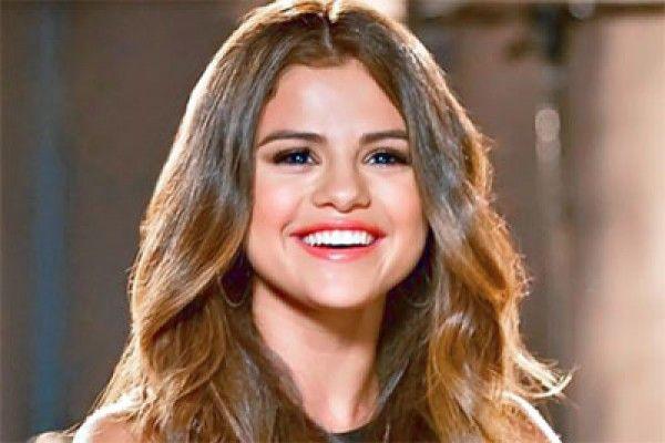 Netizen Kritik Selena Gomez Terkait Dukungan pada Serial Remaja Bunuh Diri