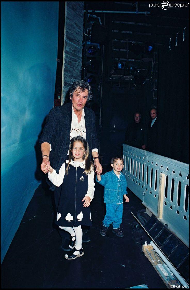 Alain Delon avec ses enfants, Anouchka et Alain-Fabien, le soir de son anniversaire à Paris le 9 novembre 1996.