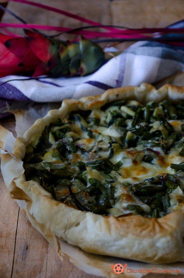 Torta salata con zucchine e fagiolini è un gustoso secondo piatto vegetariano, facile e veloce da preparare.