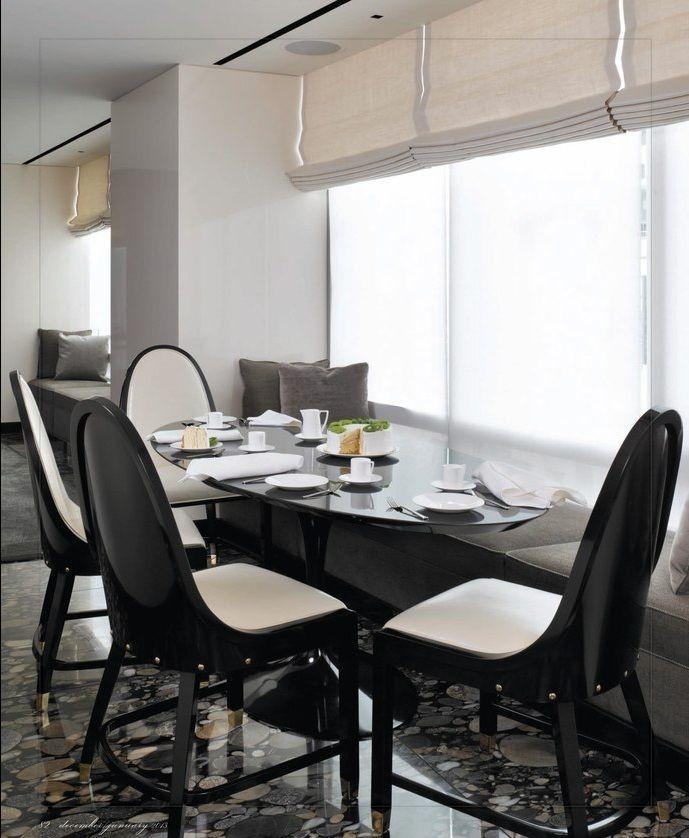 VT Interiors - Mesa junto a ventana con banco corrido. Ventana con estores. Diseño moderno. Negro