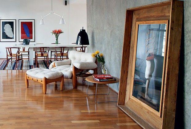 Com quadros muito grandes, considere apoiá-los no chão, como na decoração assinada pelo designer Paulo Azeco. A foto de Cholito Chowe recebe...