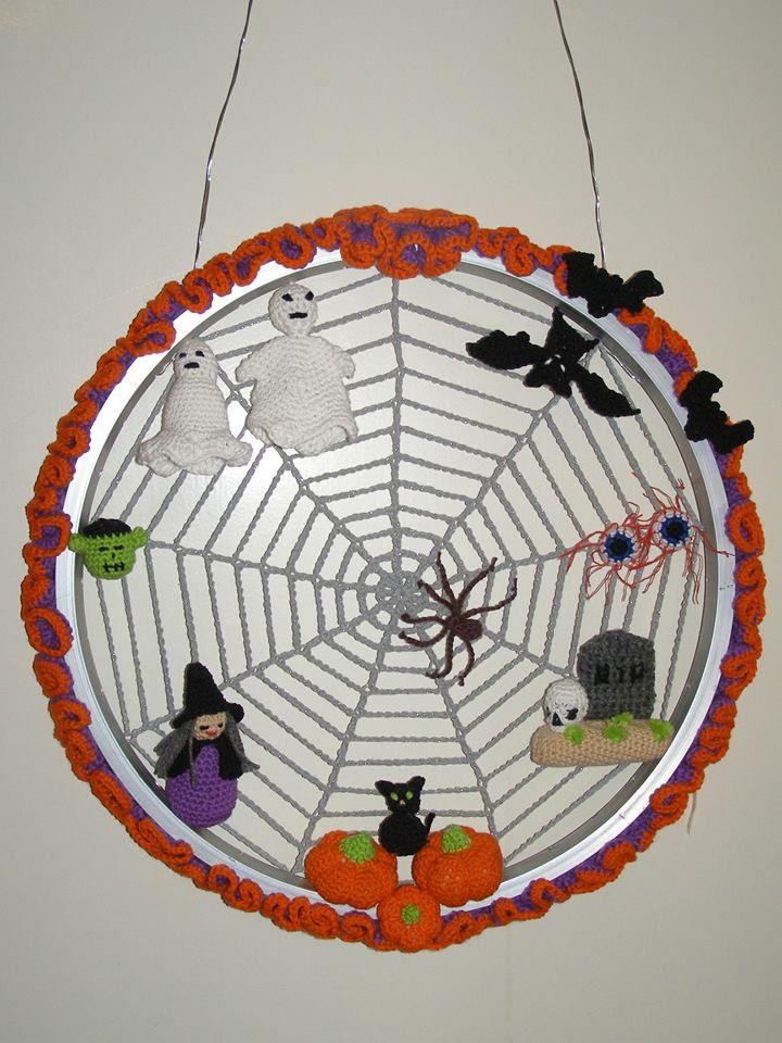 Deurhanger voor Halloween, in een kinderwiel.