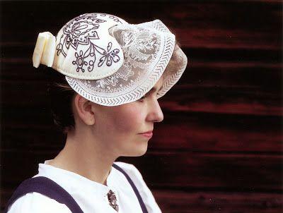 Traditional hat, 'tykkimyssy', part of the folk dress of Rovaniemi region, Lapland.   Finland, Lappi, Rovaniemi, 'Tykkimyssy' - Kuva kirjasta Paritaskut ja punapaita