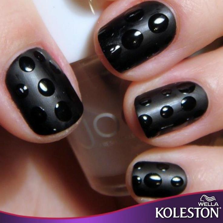Círculos transparentes y contrastes en negro, es lo que le espera a tus uñas con este diseño. #Nails #Style #Koleston
