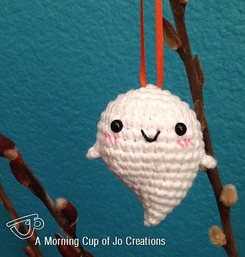 Baby Ghost Ornaments for Halloween - Free Pattern by Josephine Wu