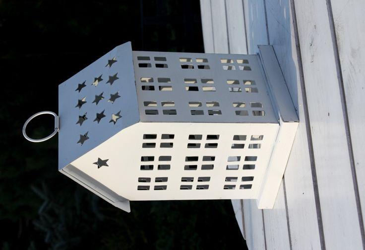 Lampion w kształcie domku wykonany z metalu, malowany na biało,z okienkami, ozdoba, dekoracja do domu, na taras, ogród lub balkon, pomysł na prezent