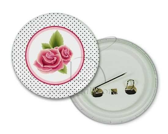 Una spilla rotonda con grafica di rose