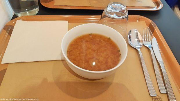 Sopa de miso ideal para iniciar una comida. En 2Y, un restaurante macrobiótico en Barcelona.