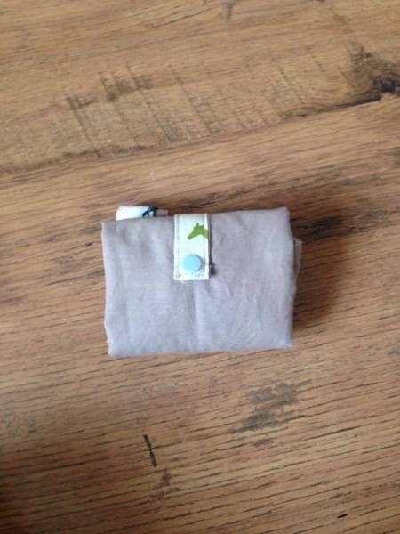 Après la première partie du tuto que vous trouverez ici, voici la fin du tuto pour le sac pliable. 10-Prenez les petites pattes pour fermer le sac. Repliez les deux bords longs de chacune jusqu&rsq…