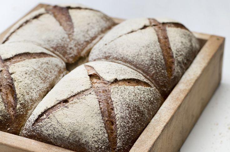 Et saftig og godt byggbrød. Oppskriften er til fire brød, så du kan fint legge noen i fryseren eller dele med naboen.