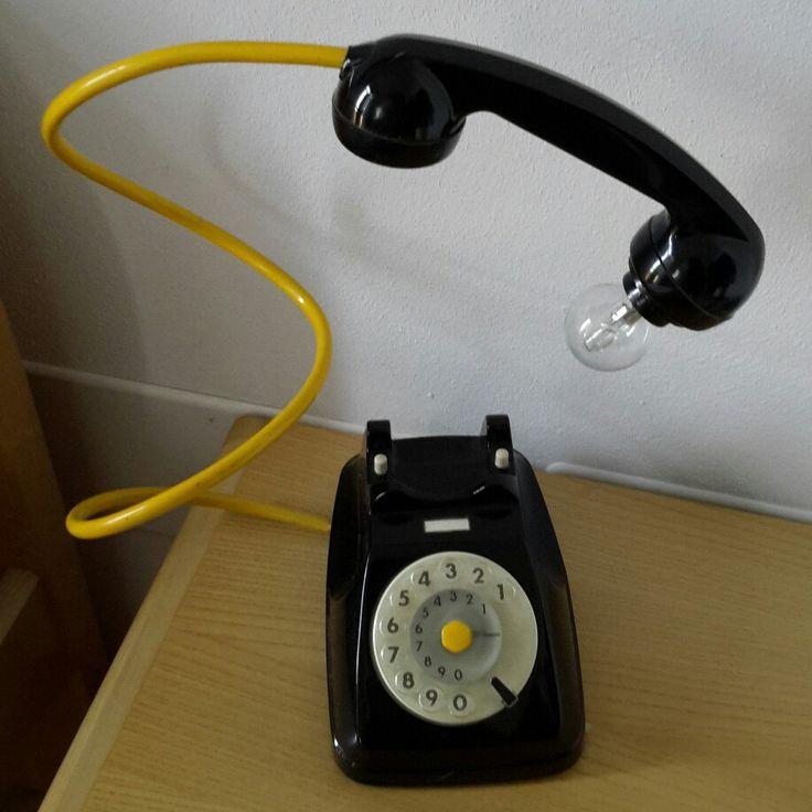 Vecchio telefono diventato lampada
