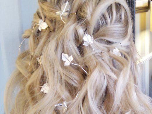 Αξεσουάρ για τα μαλλιά Αφού επιλέξετε το νυφικό σας, το χτένισμά σας, το στυλ που θα έχει όλος ο γάμος σας, σειρά έχουν τα αξεσουάρ που θα βάλετε στα μαλλιά σας...