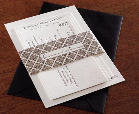 sepaket kartu undangan nikah sudah siap dimasukan ke dalam amplop warna hitam