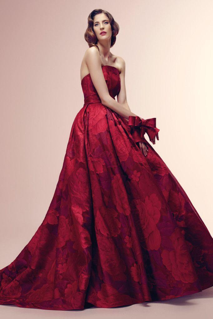 Un damasco rosso ciliegia per la sposa stile Hollywood anni Cinquanta di Alessandra Rinaudo (modello Reddine)