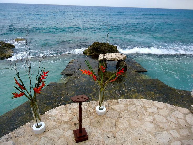 CBG202 Weddings Riviera Maya, Xcaret Las Pozas area, cylinders with tropical floral shown us you don't need to much to decorate this awesome wedding spot./ Xcaret ceremonia decoracion tropical