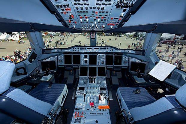 Airbus a380 cockpit a380 airbus pinterest airbus a380 for Avion airbus a380 interieur