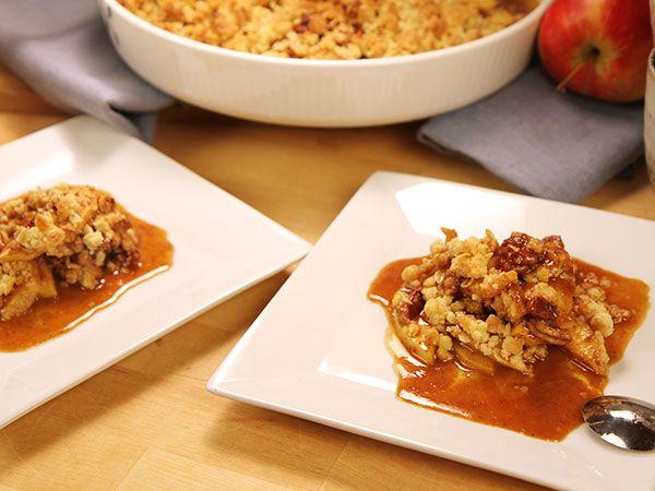 Lyxig äppelpaj med smuldeg, pecannötter och hemgjord kolasås. Recept av Roy Fares.