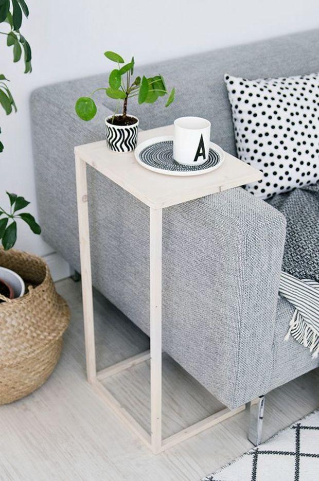 cojines nuevos, plantas y mesa lateral para la sala