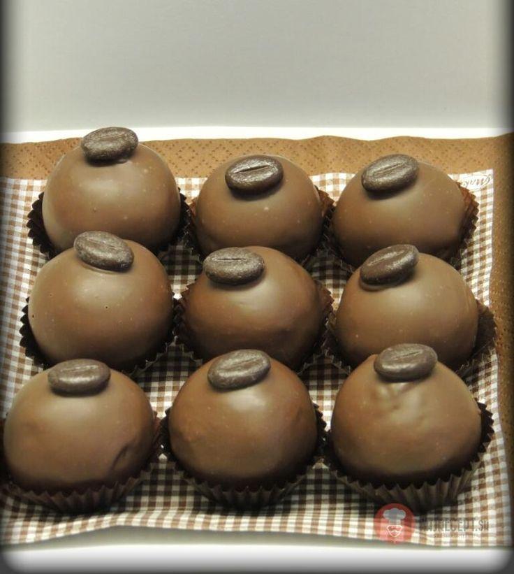 Recept na Kávovo-orechovo-marcipánové guličky. Snažím sa zužitkovať orechy, a marcipán milujem, tak preto táto kombinácia.