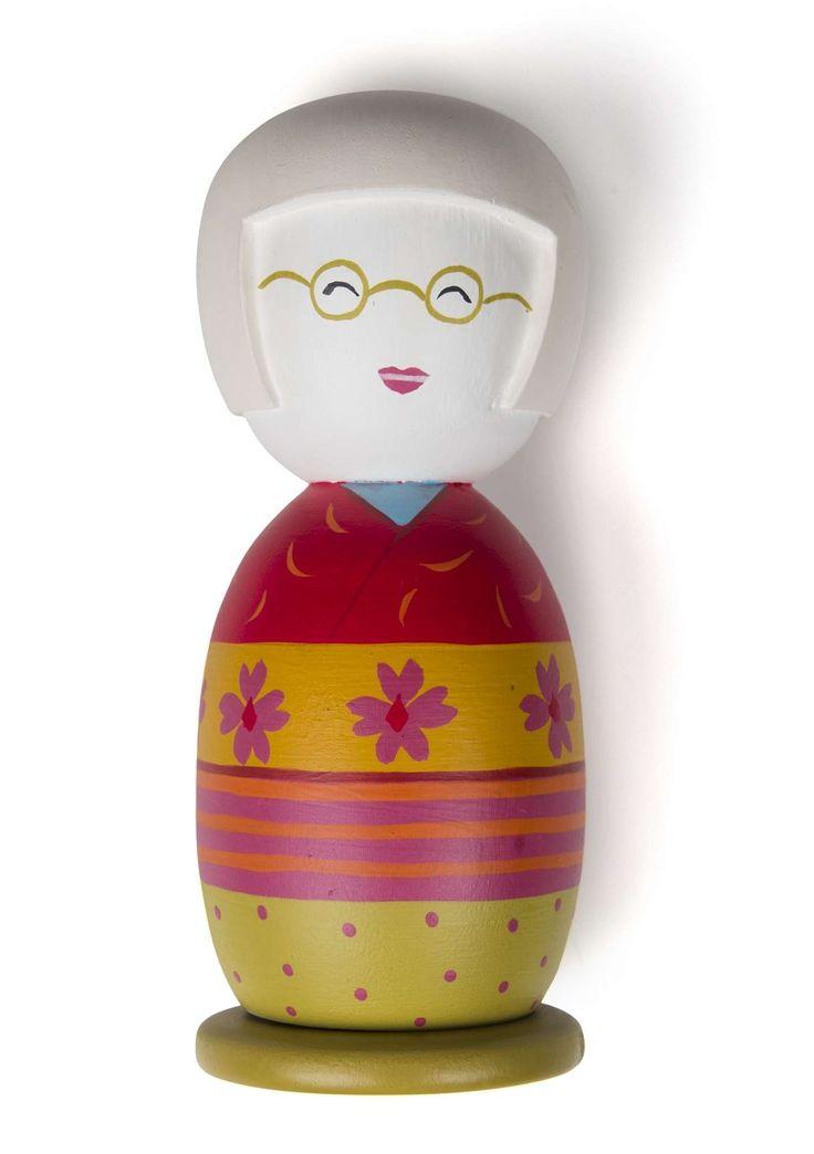"""Docka """"Gudrun"""" i återvunnet trä Kokeshi är en handgjord docka av trä från Japan som symboliserar kärlek och vänskap och är en populär gåva. Och vi ville ju förstås göra vår egen docka i kokeshi-stil. Så, här är hon. Vår egna lilla Gudrun! Höjd: 14 cm"""