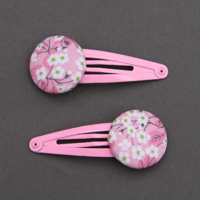 Deux barrettes pour enfants en tissu Liberty LIberty Mitsi Valéria rose clair, comme un bijou dans les cheveux des petites filles. Un accessoire pratique et joli. Longueur totale : 5,5 cm. Diamètre du bouton : 2,5 cm.