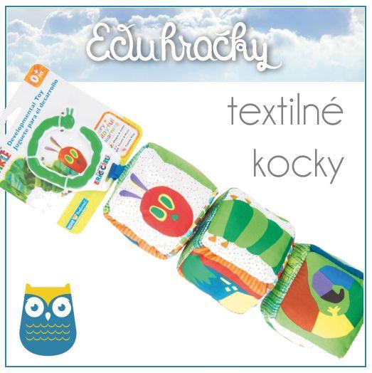 """Mäkké textilné kocky s motívom z knihy Erica Carle o """"Nenásytnej húseničke"""". Tri kocky pri otáčaní vydávajú zvuk klikania. Samotné kocky šuštia, hrkajú a tak upútajú pozornosť dieťatka. Textilné kocky pre deti sa ľahko upevnia na kočík alebo kamkoľvek je potrebné."""