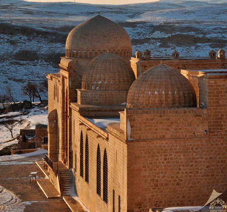 Kasımiye medresesi/Mardin/// Artuklular döneminde yapımına başlanan medresenin inşası Timur dönemindeki Moğol saldırıları nedeniyle yarım kalmış, 15. yüzyılın sonlarında Akkoyunlu sultanı Kasım ibn Cihangir döneminde tamamlanmıştır.