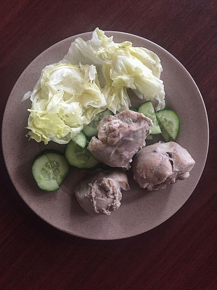 Отварное куриное филе с огурцом и салатом айсберг