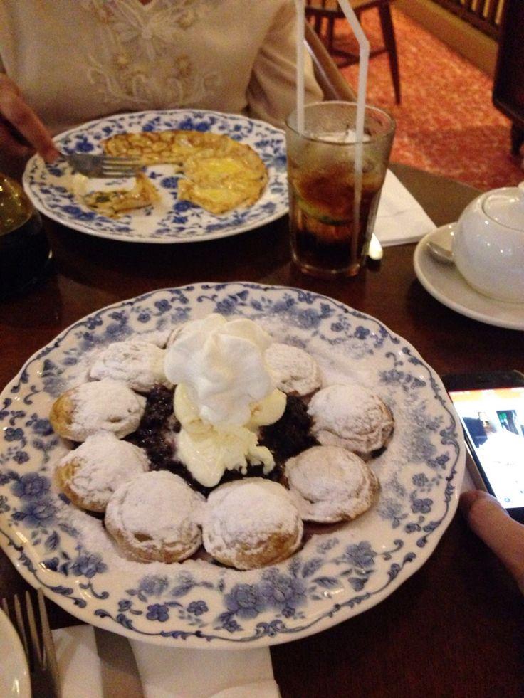 Poffertjes met blackberries and vanilla ice cream