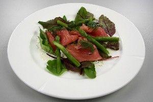 Røget laks med friske grønne asparges og krydderurter dressing  4
