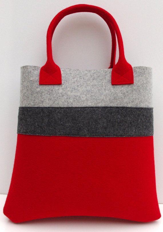 Fourre-tout merveilleux, parfait pour le shopping ou pour tenir les effets tous les jours dans. Jai combiné le rouge à gris clair et ajouté le charbon de bois pour avoir un autre contraste. Mesures : 35cm / 14 cm x 35cm / 14 cm x 8 / 3    Tissu : feutre de laine grise rouge et lumière 3mm, 1,5 mm de feutre de laine anthracite    Sil vous plaît me contacter, si vous avez des questions.    Jexpédie par la poste normale de France. Si vous désirez une livraison expresse ou sur chenilles…