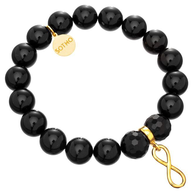Bransoletka wykonana z czarnych pereł SWAROVSKI® ELEMENTS w kolorze Mystic Black, fasetowanego onyksu, przekładki z symbolem nieskończoności i zawieszki z logo marki. Na zawieszce z logo można grawerować. Wszystkie elementy wykonane ze srebra 925 pokrytego złotem.  http://www.sotho.pl/home/576-czarna-bransoletka-zlota-nieskoczonosc-infinity-zloto-fasetowany-onyks-perly-swarovski-elements.html