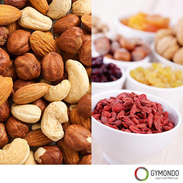 3. 1 kleine Handvoll Trockenfrüchte und Nüsse: Dank des enthaltenen Proteins und der guten Fette liefern Nüsse Dir lang anhaltend Energie. Die getrockneten Früchte bringen etwas Süße hinzu und enthalten viele Ballaststoffe. Aber iss wirklich nur eine kleine Handvoll, denn sonst nimmst Du schnell zu viele Kalorien zu Dir!