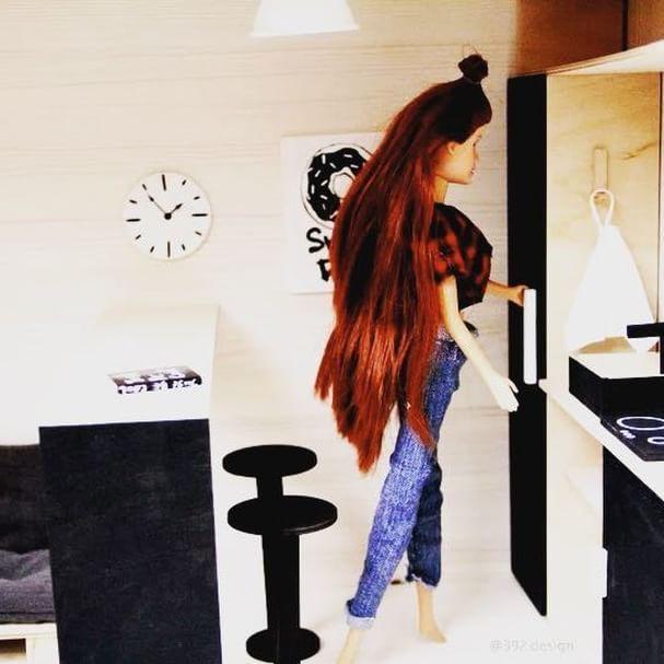 """Современный кукольный домик """"Панда"""" 🐼  #dollhouse_392design ----------------------------------------- Как мы уже и говорили, дверка от холодильника открывается, внутри есть полочки для продуктов 😉 Все фото и видео домика можно посмотреть по тегу #dollhouse_392design ------------------------------------------ ВСЕ СДЕЛАНО ВРУЧНУЮ.  Домик в единственном эскземпляре! В подарок идет елка с горящими огоньками и подарками, а также, украшение для камина…"""