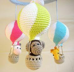 Ce ballon à air chaud mobile a un amusement, un design coloré pour divertir votre bébé. Ce bébé mobile dispose de trois montgolfières aux couleurs vives et attrayantes et trois animaux peluches (une girafe jaune, une vache blanche et rose et un singe brun) qui gardera votre bébé intéressés avec leurs plans détaillés et des visages amicaux. Cette pépinière mobile est totalement fait à la main à l'aide de fil 100 % coton. Les ballons à air chaud mesurent 20 cm (7,8 pouces) de hauteur et 27 cm…