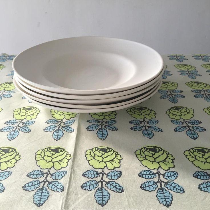 Plates for weekend. - rim plate   Plate を和訳すると「洋皿」  そのルーツは、木の板の上に乾燥させたパンをのせたものを皿に見立てて肉を食べた事だそうだ。  …これは妄想だけど その後、乾燥パンの下の板はリム(料理を盛らない、外側の縁)によってその名残りを形に残して、銀器から陶器へと素材を変えていく歴史を辿ったように思う。  リムによって敢えて食と人との距離を 一定の距離感みたいなものに保った洋皿の歴史。  食文化の違いもあるだろうが興味深いのは、 和洋のうつわでの食と人との距離感の違い。 和食器が、手でつつみこむ形、あるいは直接口に触れるように距離が近い。  そんな違いに目を向けて うつわ作りするのも面白い。  #decco #ceramics #rimplate #okinawa