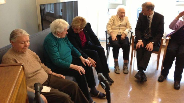 Bergen Røde Kors sykehjem i Sandviken er ein av få sjukeheimar i landet som nyttar musikkterapi i eldreomsorgen. I dag fekk dei besøk av helseministeren og kommunalministeren.