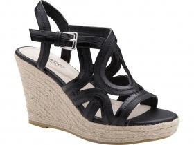 Denne fine sandal er perfekt til varme sommerdage med bare tæer og farvede tånegle.     Kilehælen i bast er komfortabel og de mange remme i imiteret læder snor sig smukt om foden. Hælens højde er ca. 10 cm og plateauet ca. 3 cm. kr. 399,- hos Bianco Sko