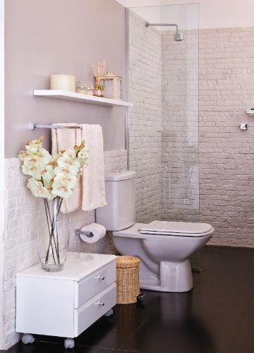 O banheiro do casal explora as texturas visuais e a combinação de revestimentos foscos e com brilho. O projeto usou tinta metalizada e revestimento cimentício nas paredes e na área do box. A casa projetada pelo arquiteto Gustavo Calazans está em exposição na 1ª Mostra Casa Leroy Merlin, em São Paulo