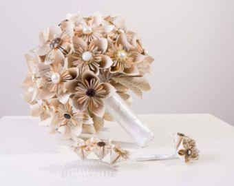 Deze aanbieding is voor een mooie, handgemaakte papieren bloem Trouwarrangement boeket. Perfect voor uw speciale dag.  Uw Bruidssuite set is op bestelling gemaakt en het omvat:   x1 bruiloft boeket samengesteld uit 36 individuele papier-bloemen - een mengsel van spiraal rozen, tulpen, Kusudama bloemen en rozen.  x2 bruidsmeisje boeketten samengesteld uit een mengsel van 24 afzonderlijke papieren bloemen.  x3 corsages van uw keuze van bloemen.  Elke bloem wordt gemaakt van hoge…